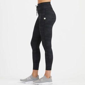 🆕 Vuori Daily Legging in Black Camo, Style VW323